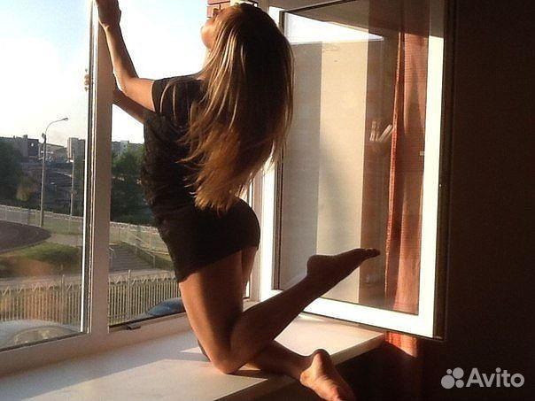 krasivie-foto-devushek-na-fone-okna